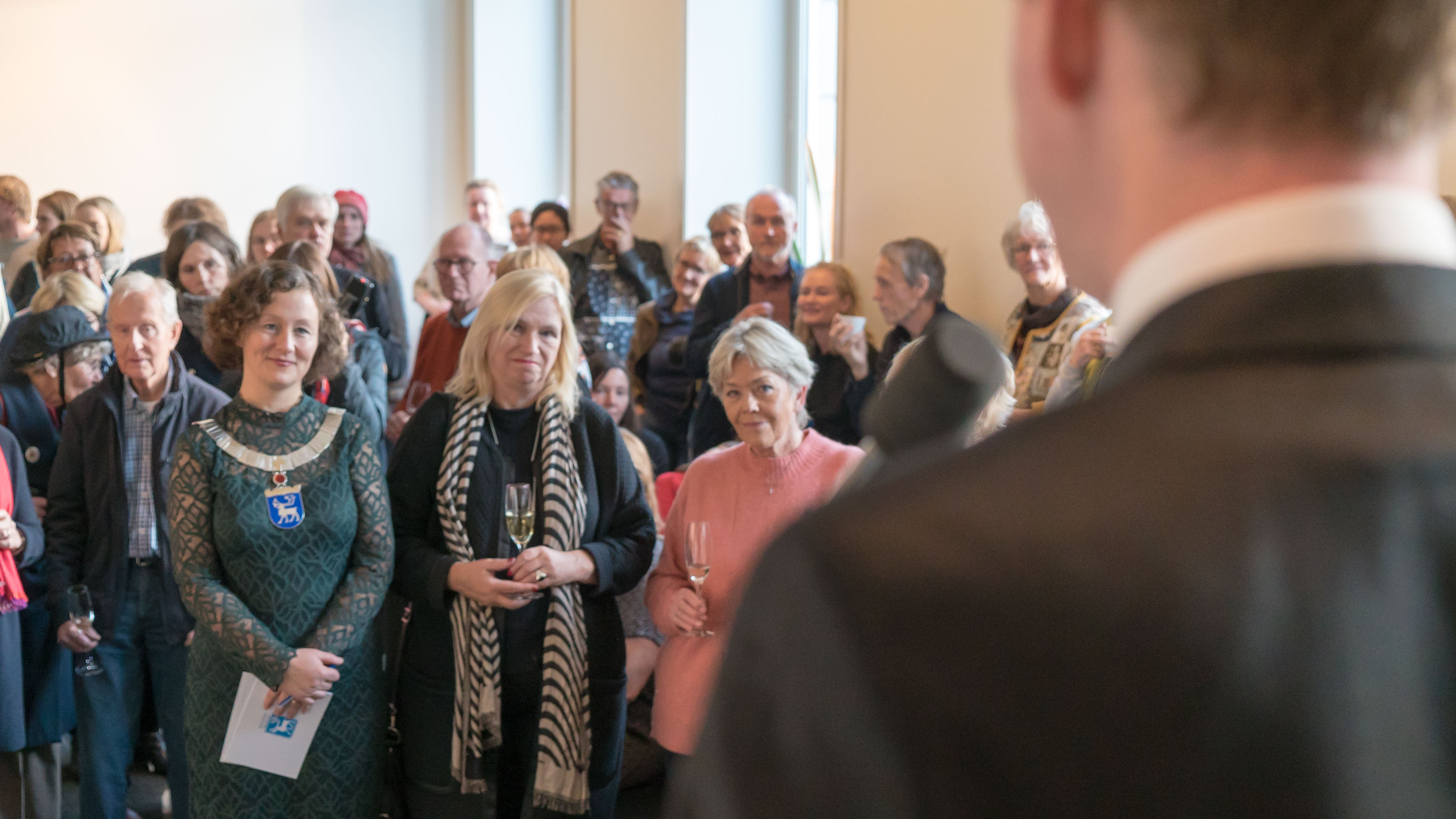 Publikum inkludert ordfører Kristin Røymo
