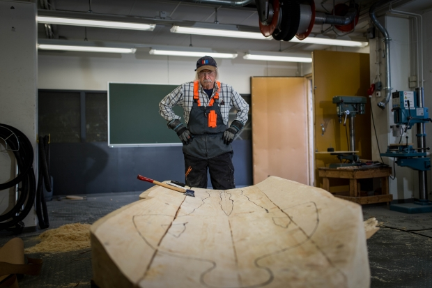 Aage Gaup i atelieret. Foto Antti J Leinonen