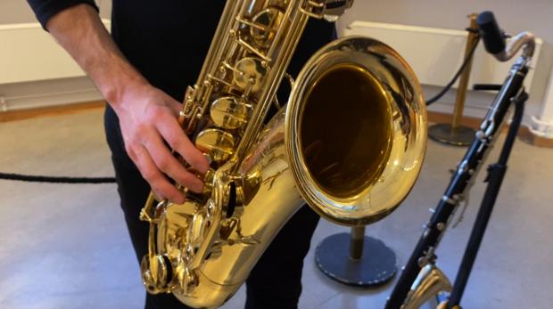 Sondre Kleven spiller saksofon